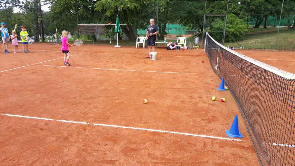 08 Erste Versuche im Tennis 1